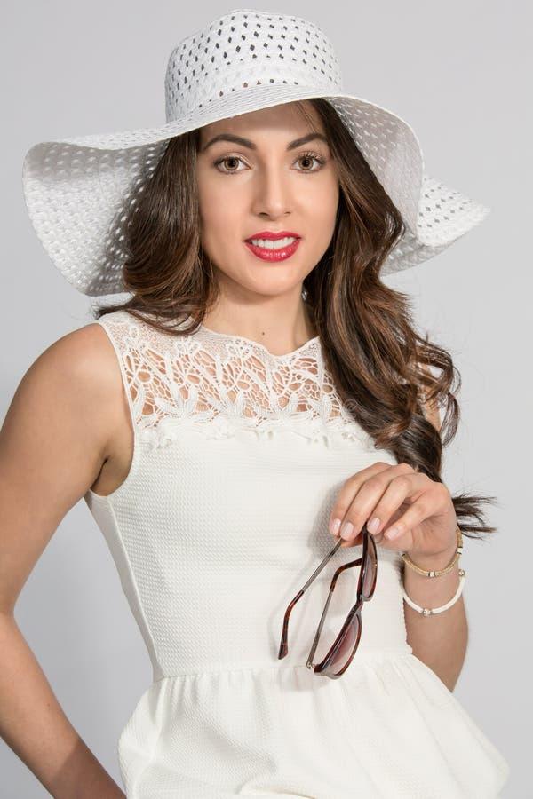 Donkerbruine vrouw in witte hoed royalty-vrije stock afbeelding