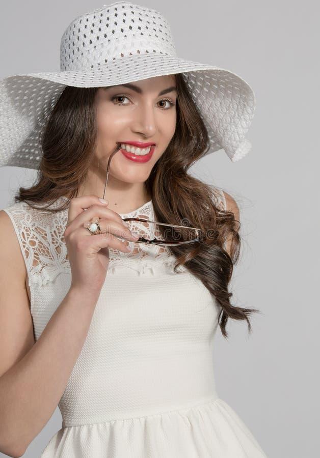 Donkerbruine vrouw in witte hoed stock foto's