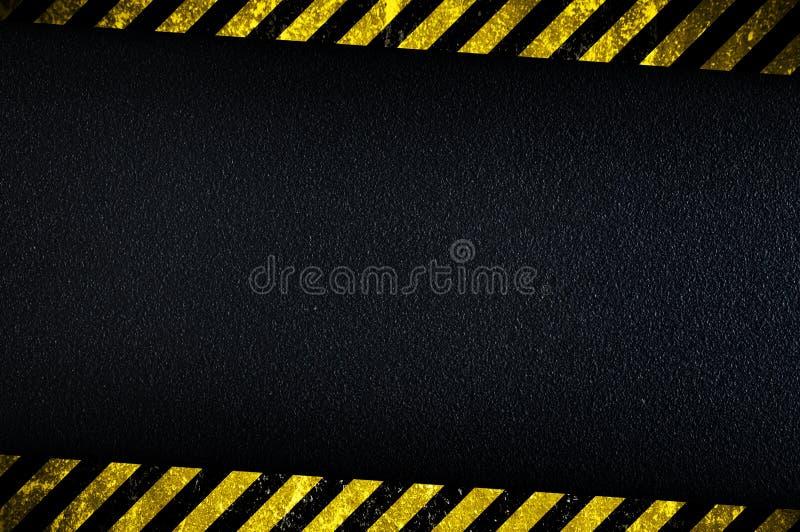 Donkere achtergrond met gele voorzichtigheidsstrepen royalty-vrije stock afbeeldingen