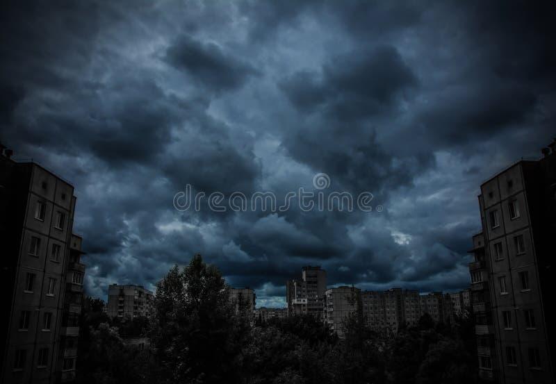 Donkere apocalyptische mening van een stad stock afbeeldingen