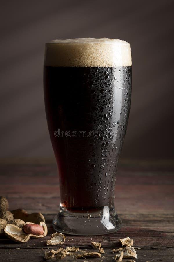 Donkere bier en pinda's royalty-vrije stock foto