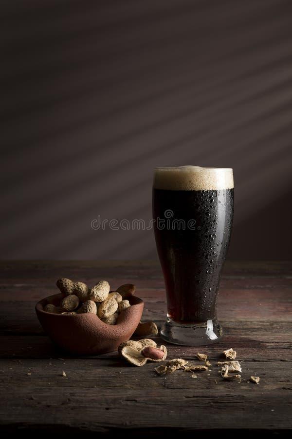 Donkere bier en snacks stock afbeeldingen