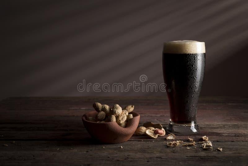 Donkere bier en snacks royalty-vrije stock foto