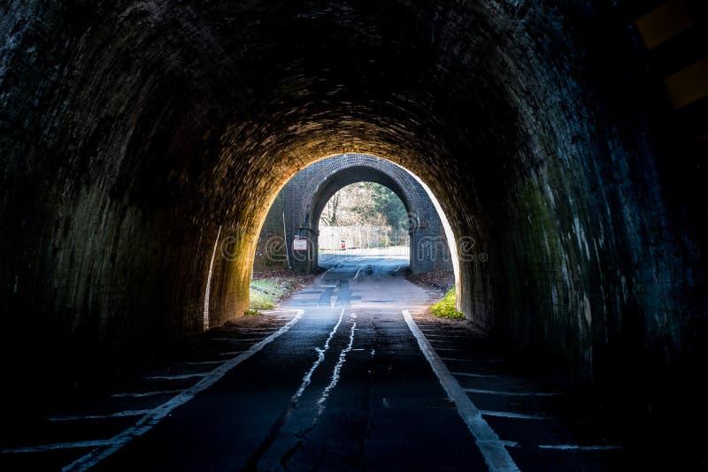 Donkere Britse Wegtunnel op Zonsondergang stock foto's