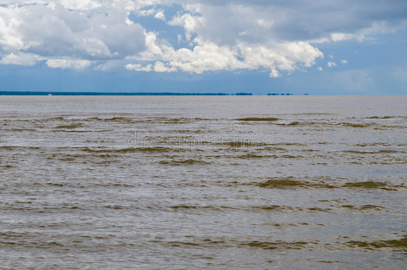 Donkere bruine golven van Oostzee vóór onweer royalty-vrije stock fotografie