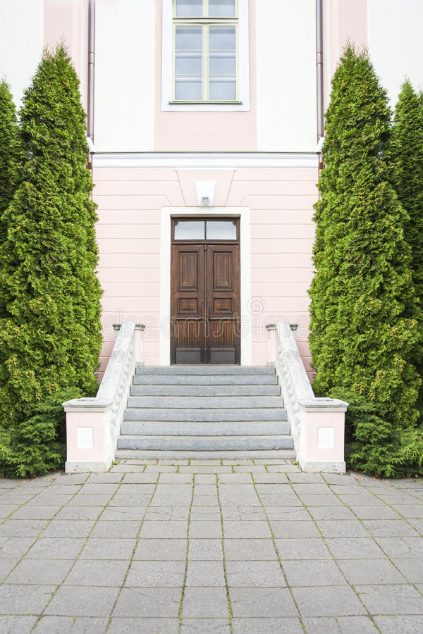 Donkere bruine houten deur, trap en bomen royalty-vrije stock fotografie