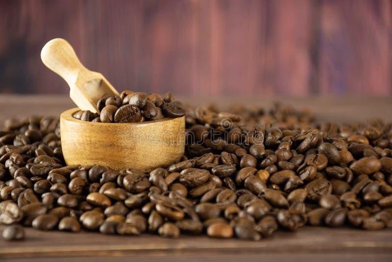 Donkere bruine zoete arabica van koffiebonen op bruin hout royalty-vrije stock foto
