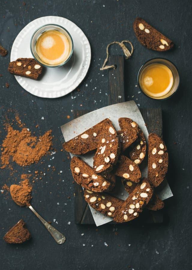 Donkere chocolade Biscotti met amandelen en koffieespresso royalty-vrije stock afbeelding