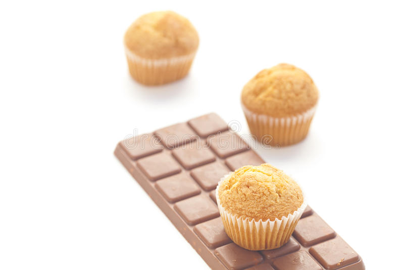 Donkere chocolade en muffin die op wit wordt geïsoleerd. stock afbeelding