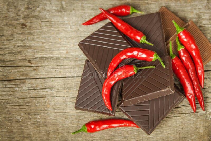 Donkere chocolade en rode Spaanse peperpeper Verkopende kruidige chocolade Gekke smaak royalty-vrije stock foto