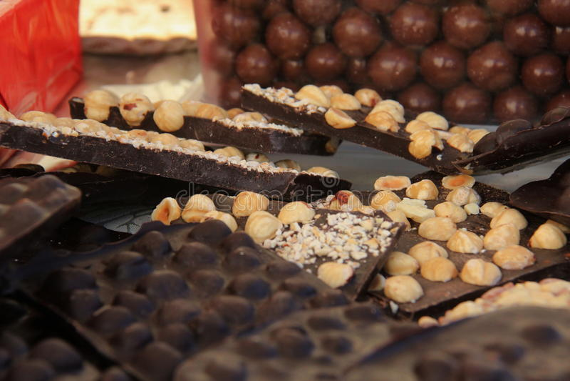 Donkere chocolade met hazelnoten stock foto's