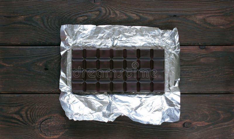 Donkere chocolade op houten raad stock afbeelding