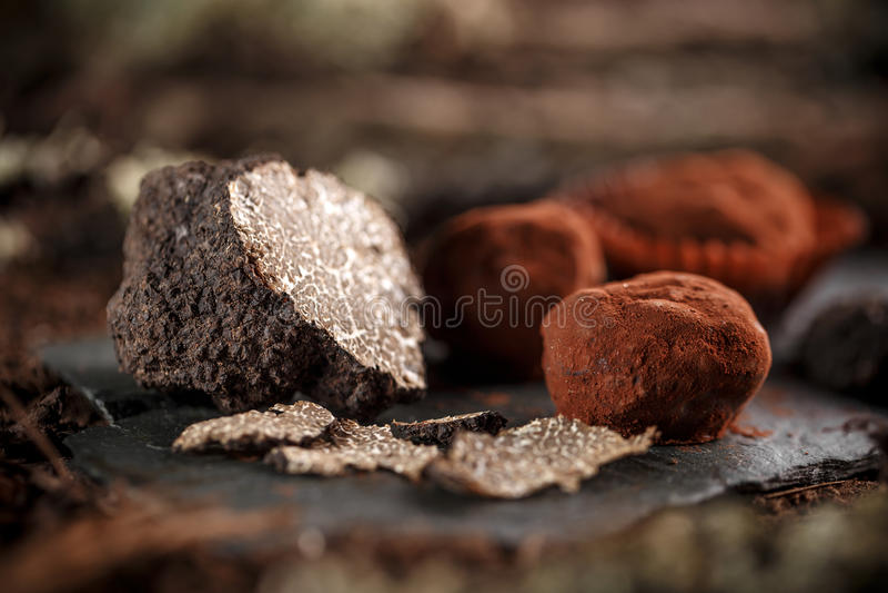 Donkere chocoladepraline royalty-vrije stock afbeeldingen
