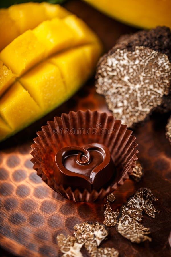 Donkere chocoladepraline royalty-vrije stock foto's