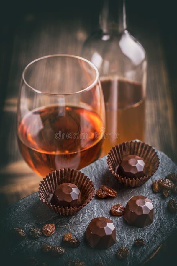 Donkere chocoladepraline met wijn royalty-vrije stock fotografie