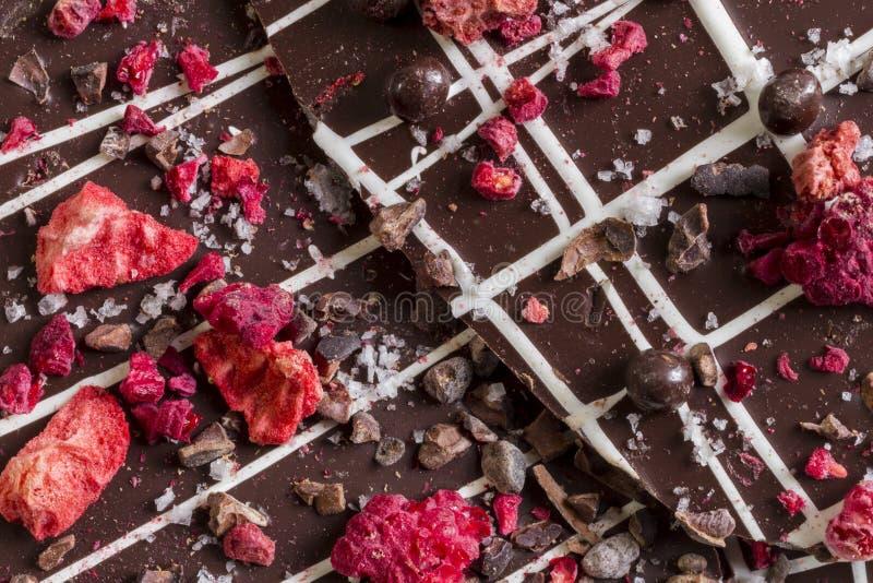 Donkere Chocoladeschors met Droge Vruchten en noten stock foto's