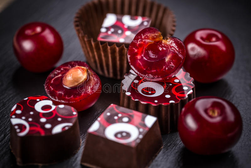 Donkere chocoladetruffels stock afbeeldingen