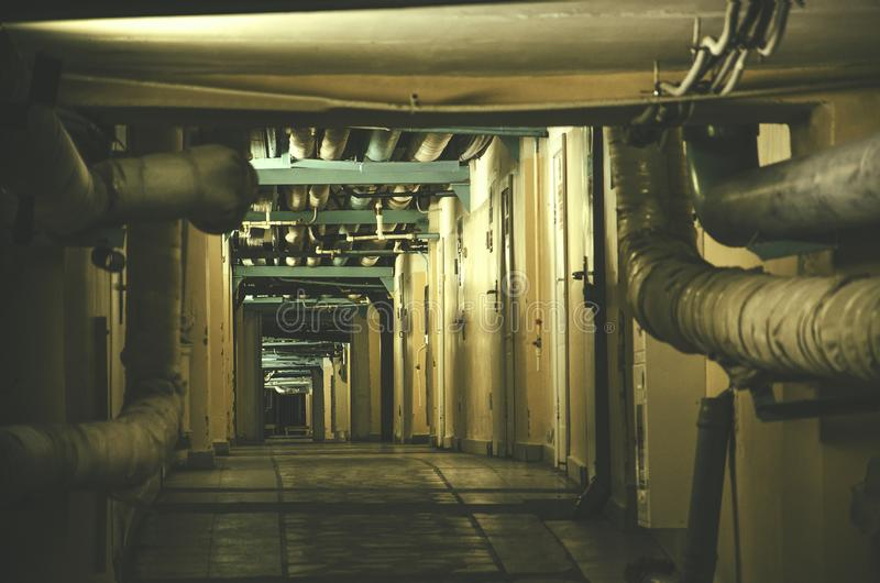 Donkere dageraad en vreselijke tunnel stock foto
