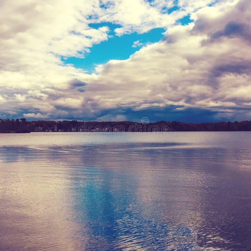 Donkere de winterdag bij het meer stock fotografie