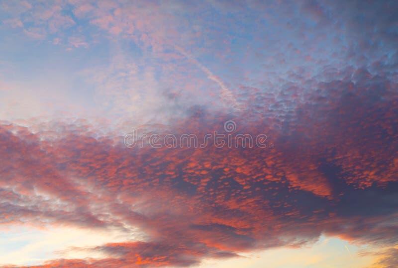 Donkere de wolken roze kleurrijke nagloeiing van de zonsonderganghemel royalty-vrije stock fotografie