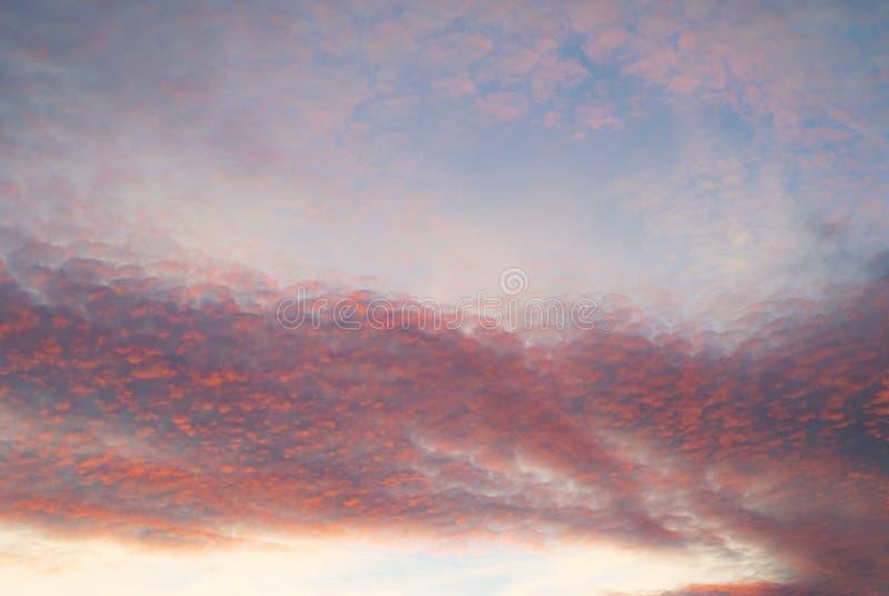 Donkere de wolken roze kleurrijke nagloeiing van de zonsonderganghemel stock foto's