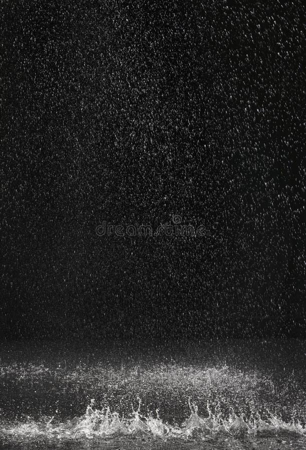 Donkere die achtergrond van regen het vallen wordt geschoten stock foto