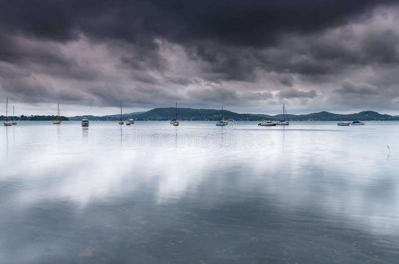 Donkere en Bewolkte Baai met Boten royalty-vrije stock afbeeldingen