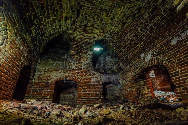 Donkere en griezelige vuile verlaten ondergrondse kelderverdieping royalty-vrije stock fotografie