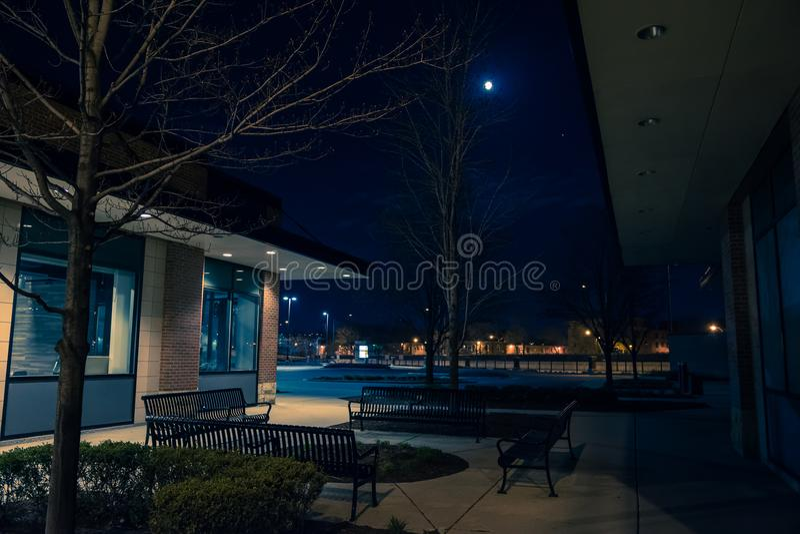 Donkere en lege stad het winkelen strookwandelgalerij bij nacht stock foto's