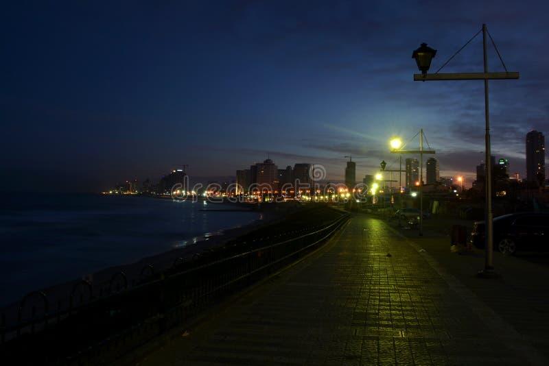 Donkere en lichte strandweg royalty-vrije stock afbeeldingen