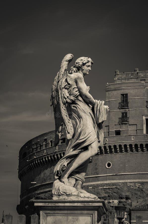 Donkere engel in zwart-wit in Castel Sant ` Angelo, Rome stock fotografie