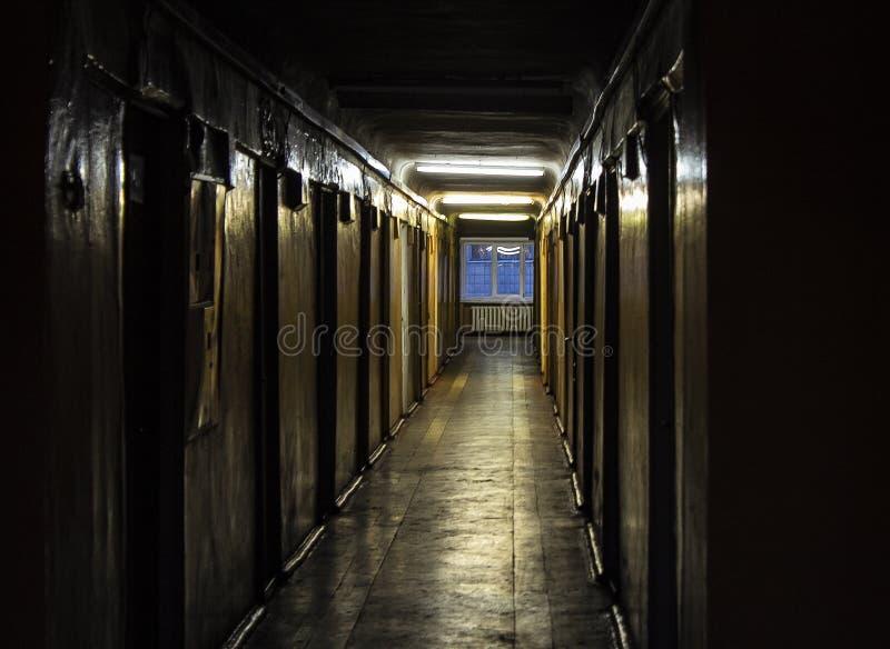 Donkere gang in het oude huis royalty-vrije stock fotografie