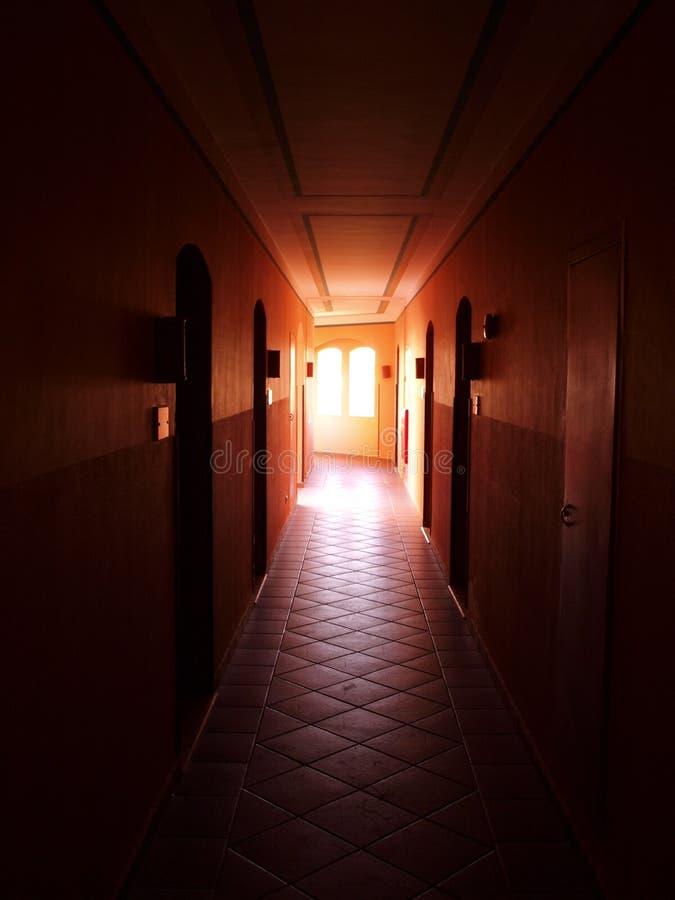 Donkere gang met zonlicht stock afbeelding