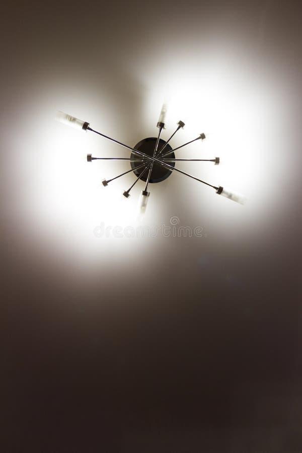 donkere glans op het plafond stock foto