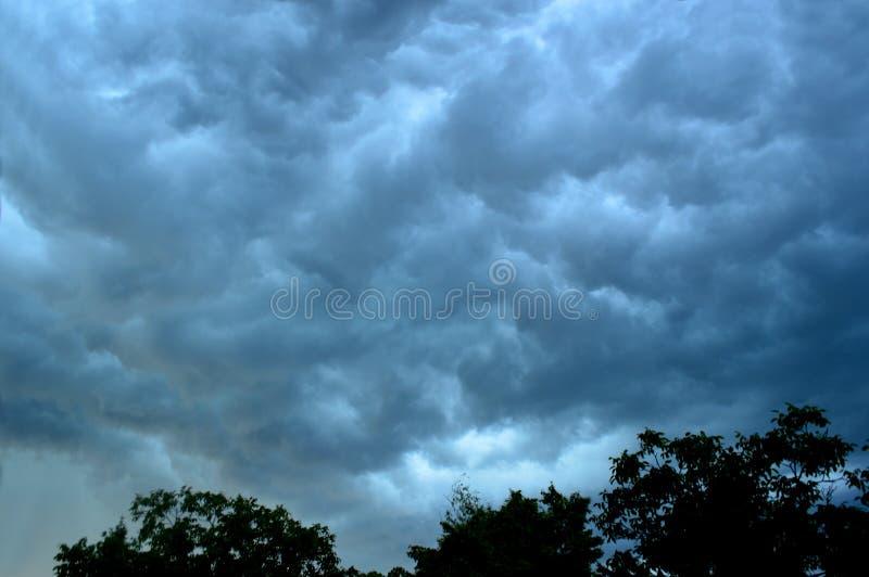 Donkere - grijs - Blauwe Onweersbuiwolken stock afbeelding