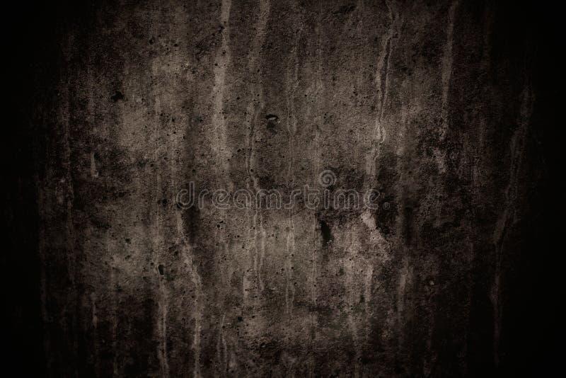 Donkere grijze concrete muur met onvolmaaktheden en natuurlijke cementtextuur als enge textuur als achtergrond met donkere vignet stock foto's