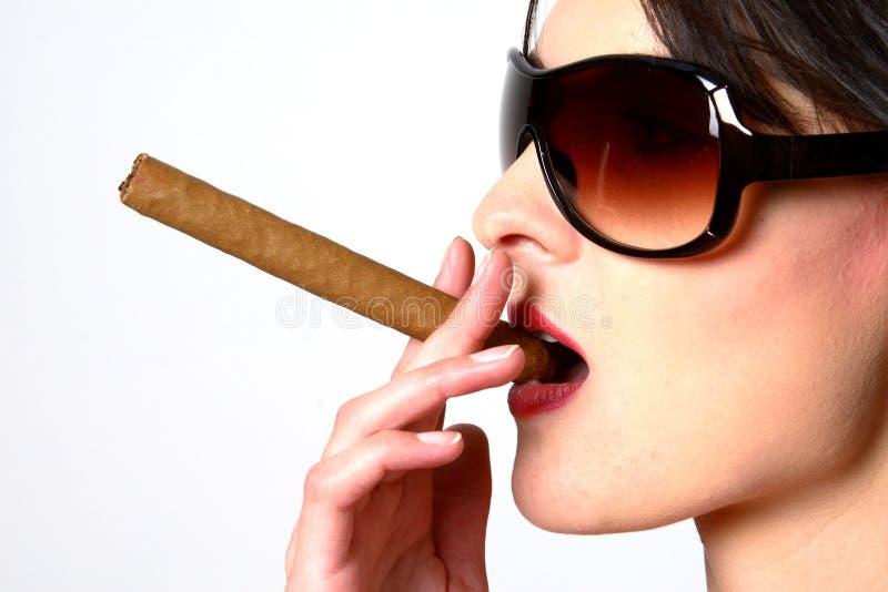 Donkere Haarvrouw Die Een Sigaar Met Zonnebril Rookt Stock Afbeelding