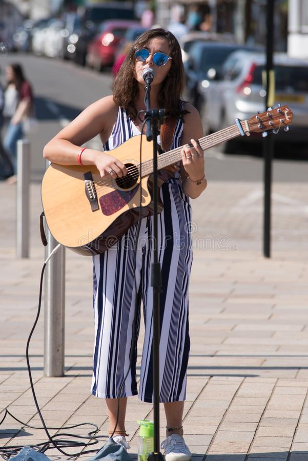 Donkere haired vrouwelijke zanger op straat met zonnebril en royalty-vrije stock foto
