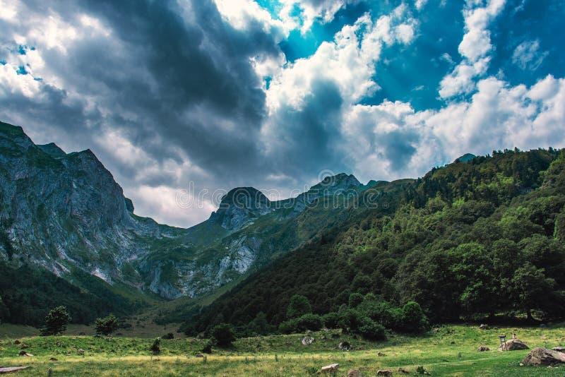 Donkere Hemel in de Pyreneeën royalty-vrije stock fotografie