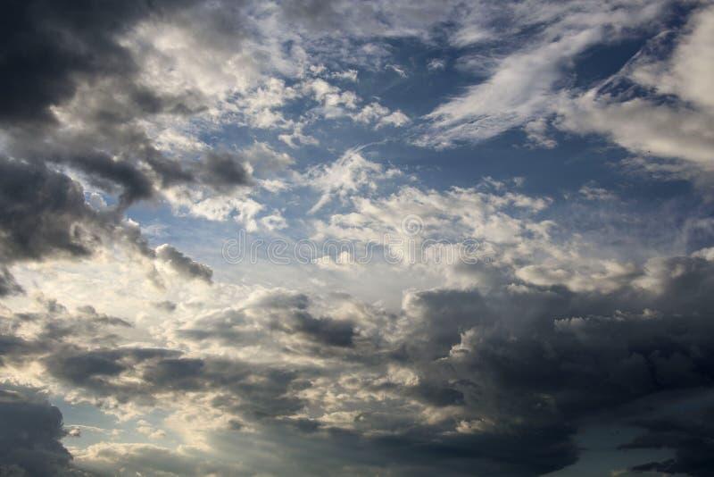 Donkere hemel en dramatische zwarte wolken vóór regen royalty-vrije stock afbeeldingen