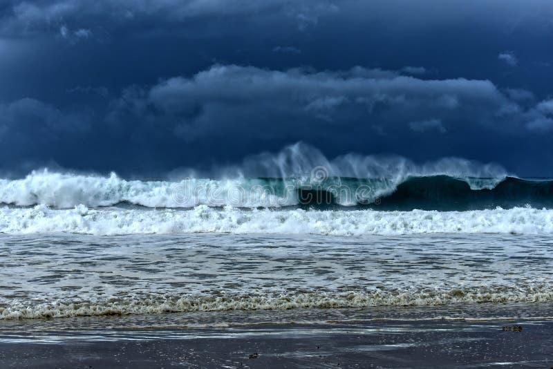Donkere hemel met grote kust brekende golven royalty-vrije stock foto