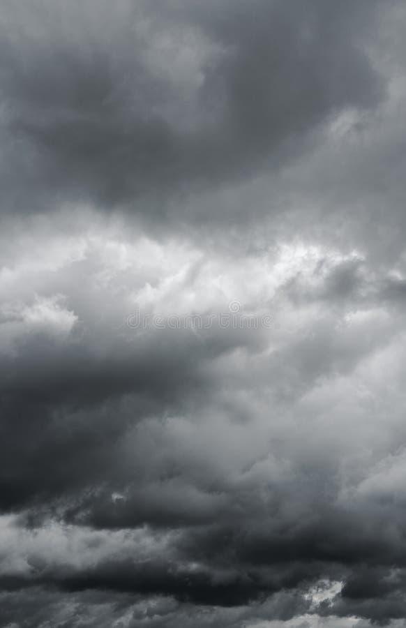 Donkere hemel, mooie majestueuze donderwolken royalty-vrije stock foto