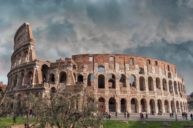 Donkere hemel over Coliseum in Rome stock afbeelding