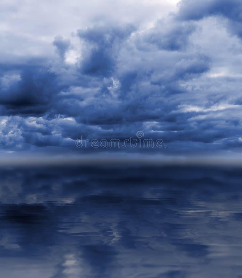 Donkere hemel over overzees royalty-vrije stock afbeeldingen