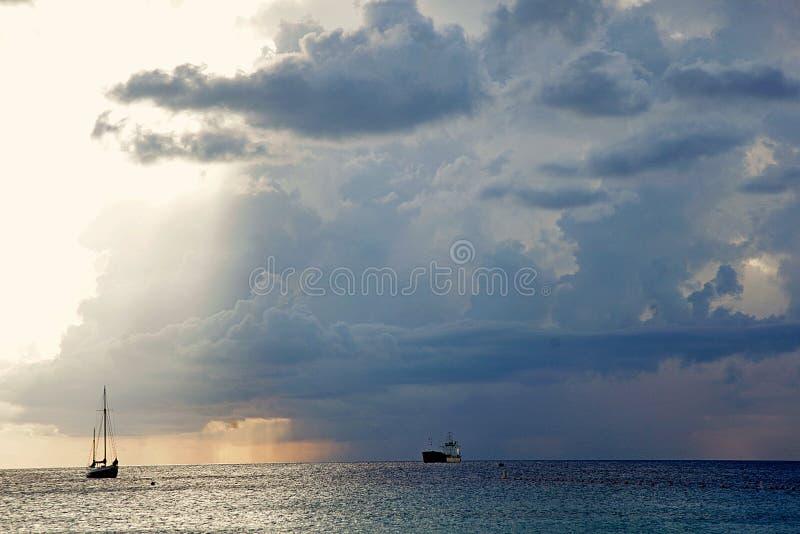 Donkere hemel vóór de regen, schepen in het overzees wolk royalty-vrije stock afbeeldingen