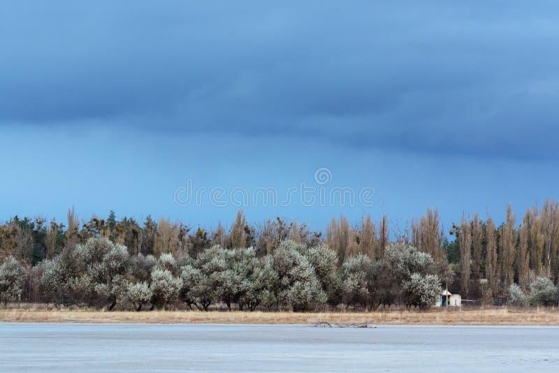 Donkere hemel vóór een onweersbui stock foto's