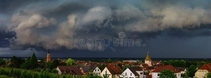Donkere hemel, donkere, zwarte wolken Stormachtig weer over villag stock afbeelding