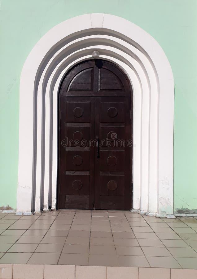 Donkere houten deur aan de tempel stock foto