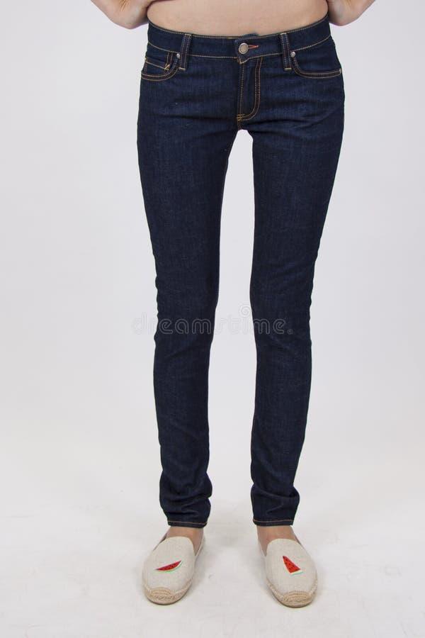 Donkere jeans op slank model royalty-vrije stock fotografie