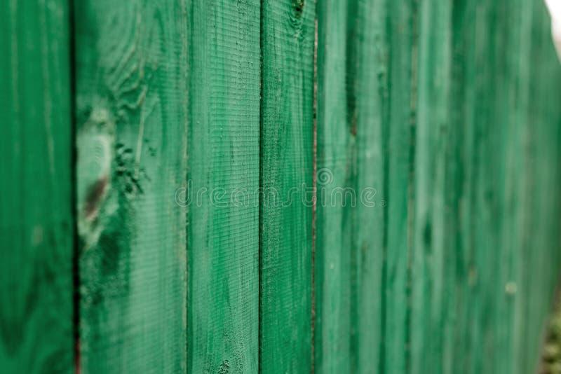 Donkere kalk uitstekende houten raad Achtergrond geschilderde texturenomheining Front View Trek een mooie uitstekende achtergrond stock foto